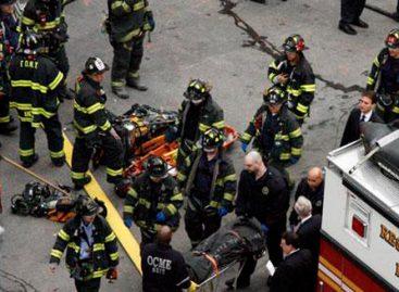 Cuatro personas resultaron heridas al estrellarse un carro contra dos tiendas