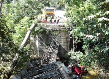 Un articulado cayó al río tras colapsar puente en Barú