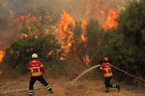Incendio del Algarve sigue activo, aunque está más estable que el martes
