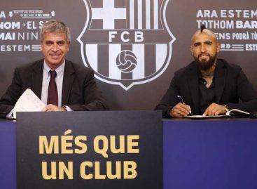 El chileno Arturo Vidal superó pruebas médicas y firmó con Barcelona
