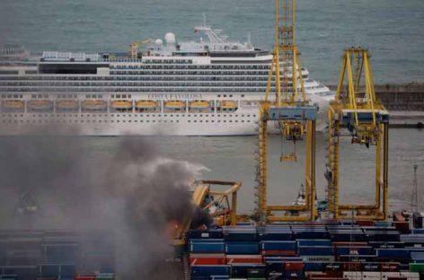Barco chocó contra un muelle en Barcelona y provocó incendio
