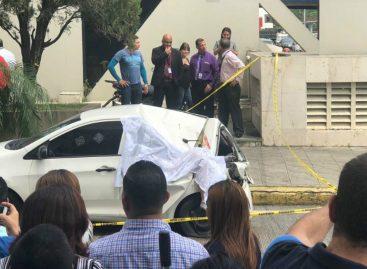 Hombre cayó sobre un auto desde un edificio de la avenida Balboa (+Video)