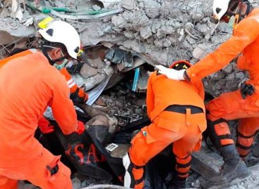 Fosas comunes y avalanchas agravan tragedia por tsunami en Indonesia