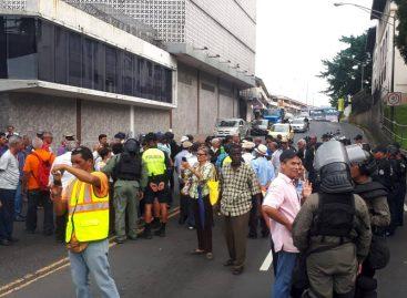 Jubilados tomaron la avenida de Los Mártires para exigir aumento (+Videos)