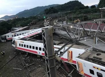 Al menos 17 muertos y 100 heridos al descarrilar un tren en Taiwán