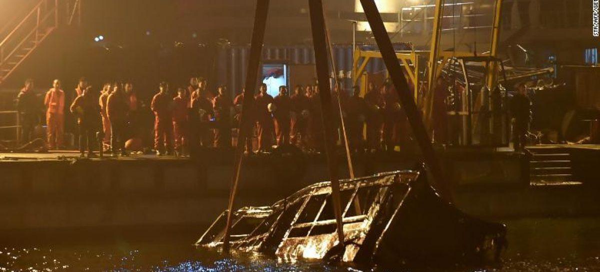 Una pasajera agrede al chofer de un autobús y caen por un puente
