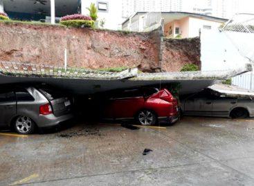 Al menos 7 vehículos afectados tras colapso de muro en Tumba Muerto