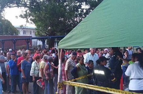 Largas filas para la venta de jamones y productos navideños en las Naviferias del IMA