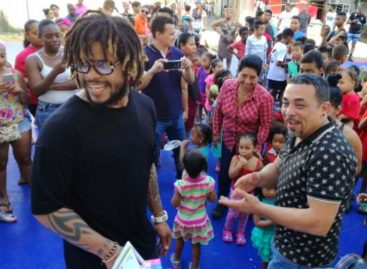 Román Torres entregó juguetes a niños Barrio Lindo (+Videos)
