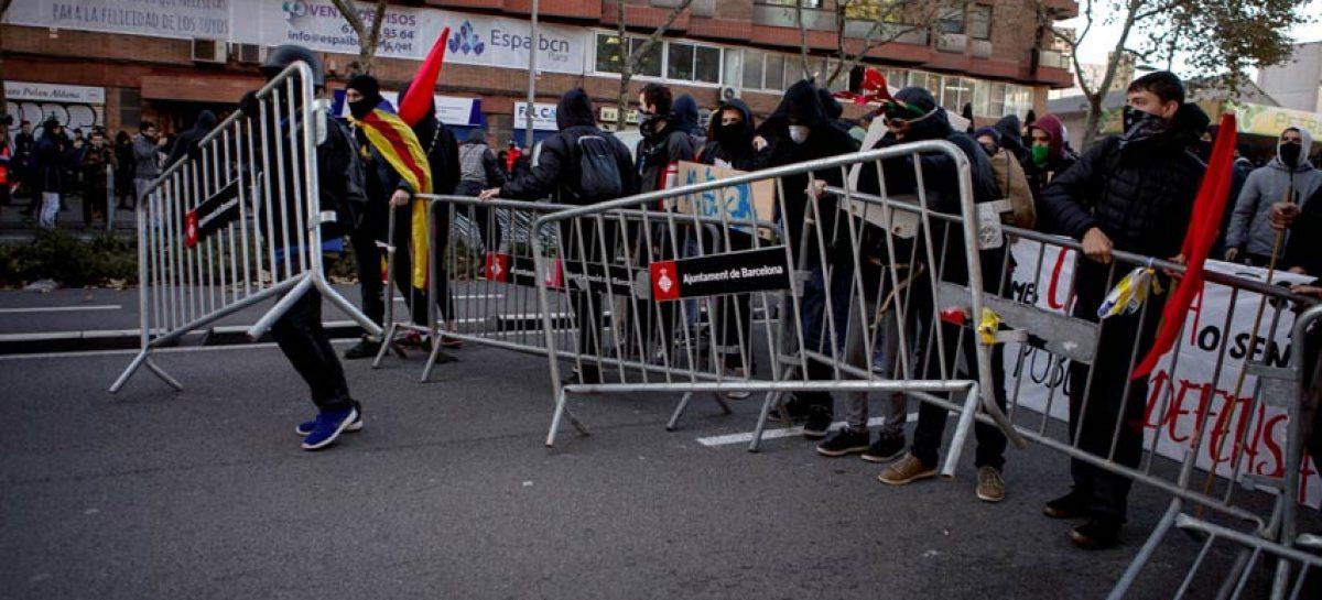 Radicales independentistas trancan numerosas carreteras en Cataluña