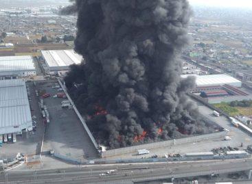 Incendio en fábrica forzó cierre de aeropuerto y avenidas en México