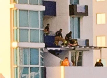 Así fue el rescate de una pareja que cayó del décimo al quinto piso de un edificio (+Video)