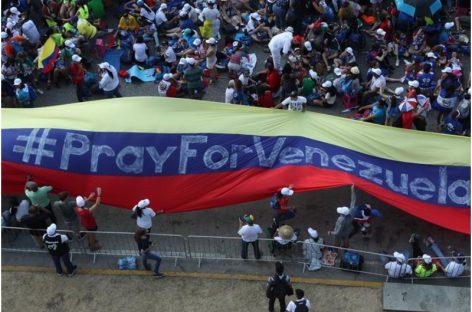 «Pray for Venezuela»: Gigante bandera de ese país que fue desplegada con esa petición dirigida al Papa