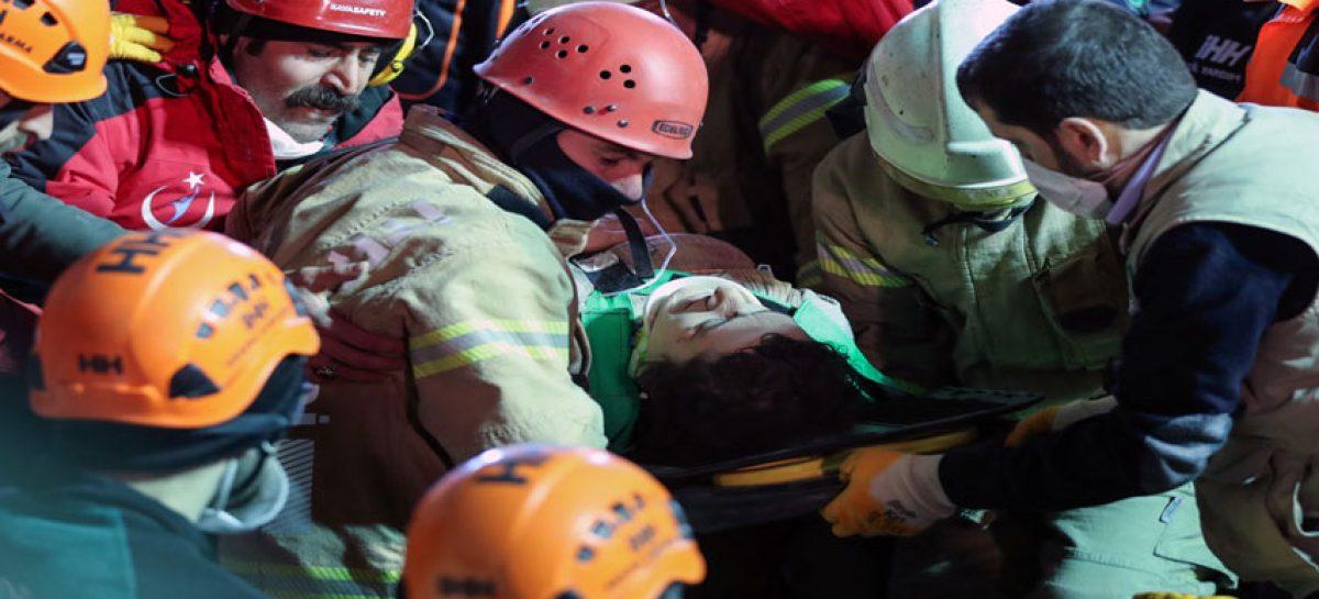 Rescataron con vida a joven de 16 años tras 45 horas sepultado en Estambul