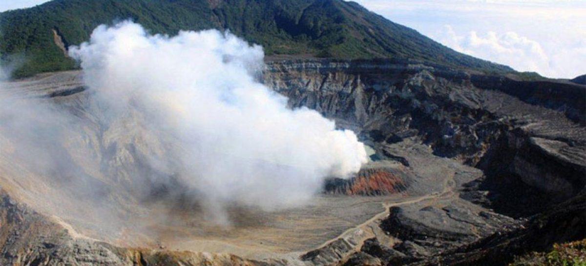 Volcán Poás de Costa Rica hace una erupción con incandescencia