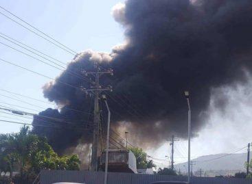 Tratan de extinguir incendio en destilería de ron de República Dominicana