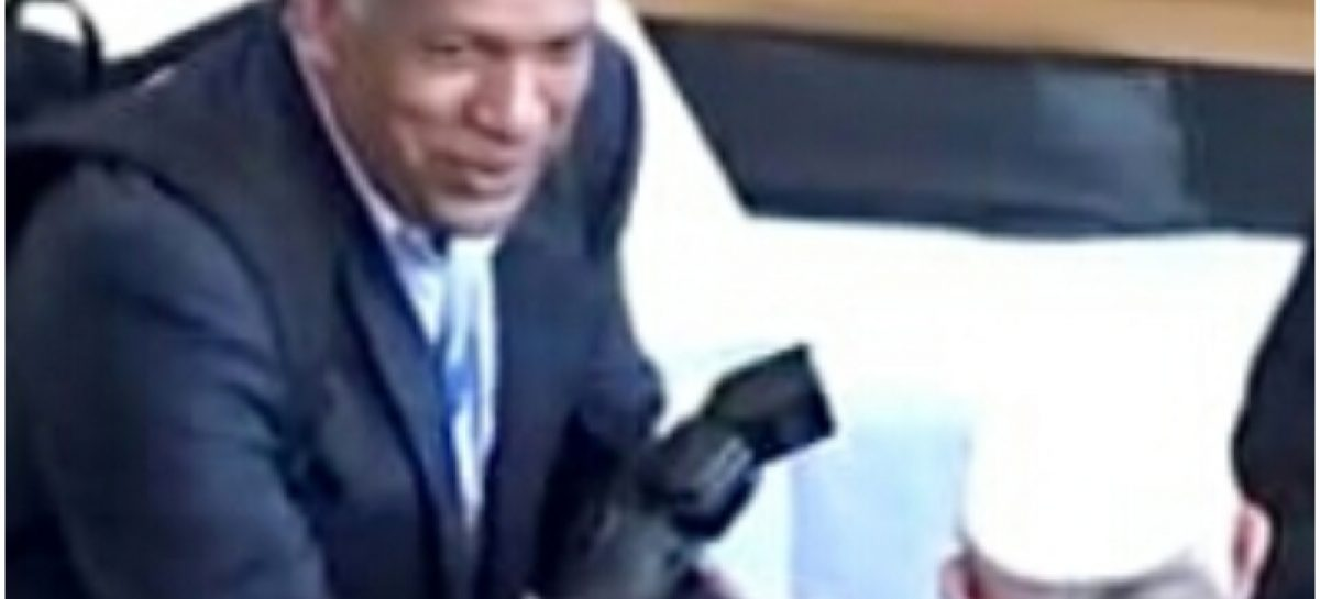 Qué atropello: Botan a fotógrafo de la Presidencia por comentarios en defensa de Luis Casís
