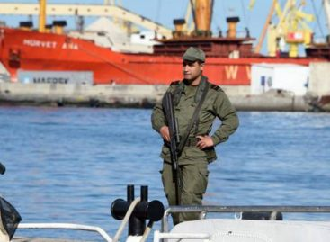 Unas 90 personas asaltan un ferry en Túnez para intentar emigrar a Italia