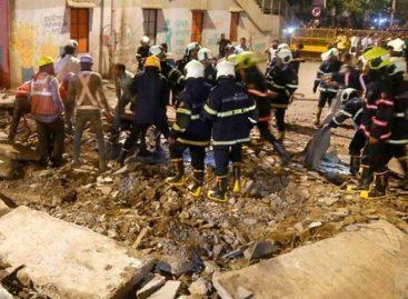 Un muerto y más de cien atrapados tras derrumbe de un edificio en la India