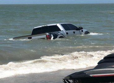 Así arrastraron las olas a un vehículo en Playa Serena (+Videos)