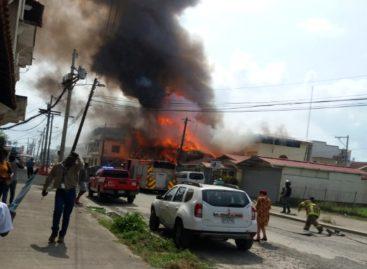 Bomberos extinguieron incendio en edificio de Colón