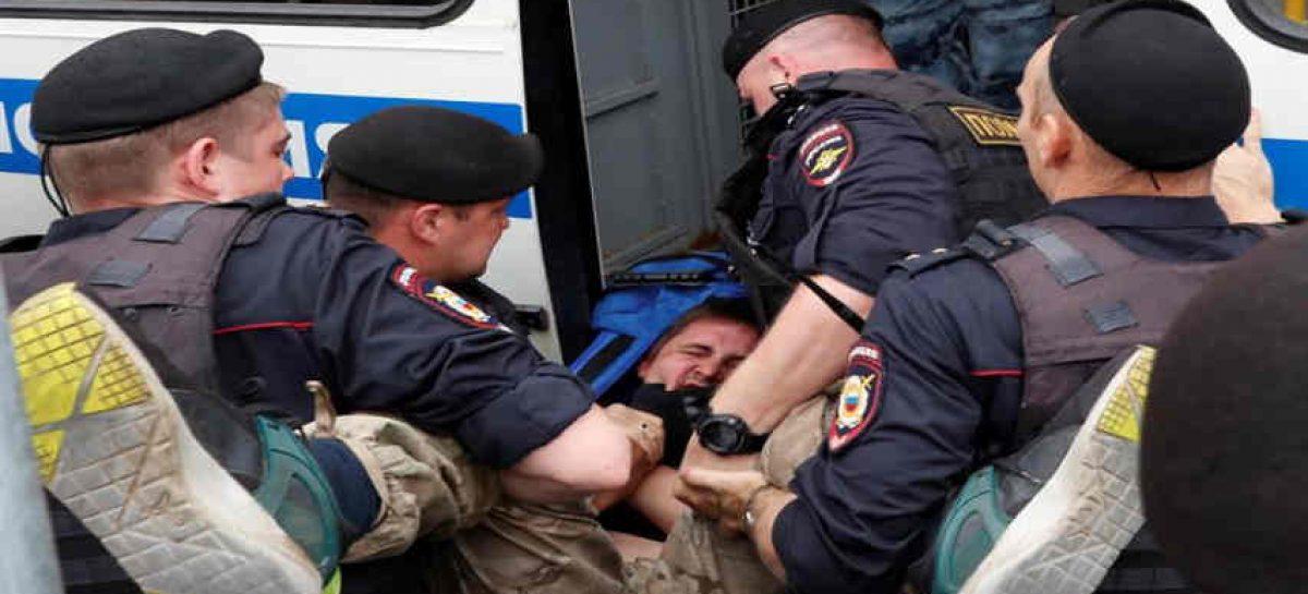 Más de 100 detenidos en marcha en apoyo a periodista ruso Golunov