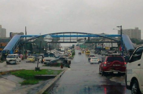 ¡CAOS! Las fuertes lluvias inundaron varios sectores de la ciudad capital (+Videos)