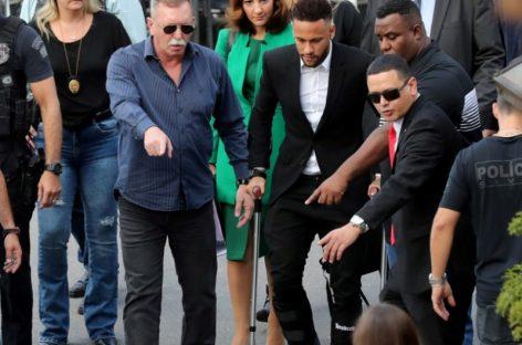 Neymar cargó con su par de muletas a comisaría de Sao Paulo para declarar por caso de violación