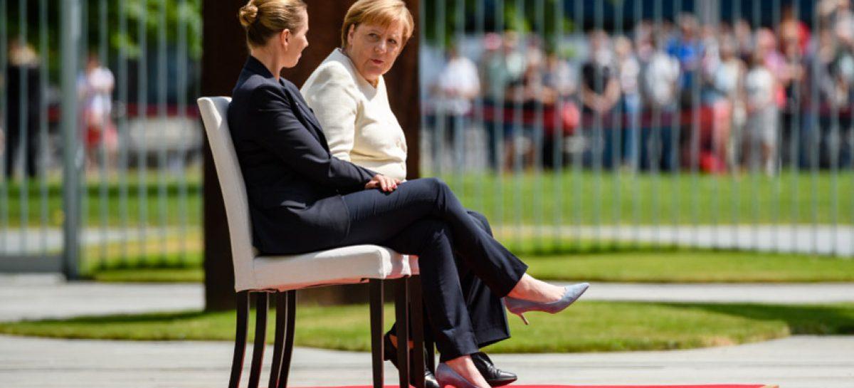 Merkel participa sentada en honores militares para evitar nuevo temblor