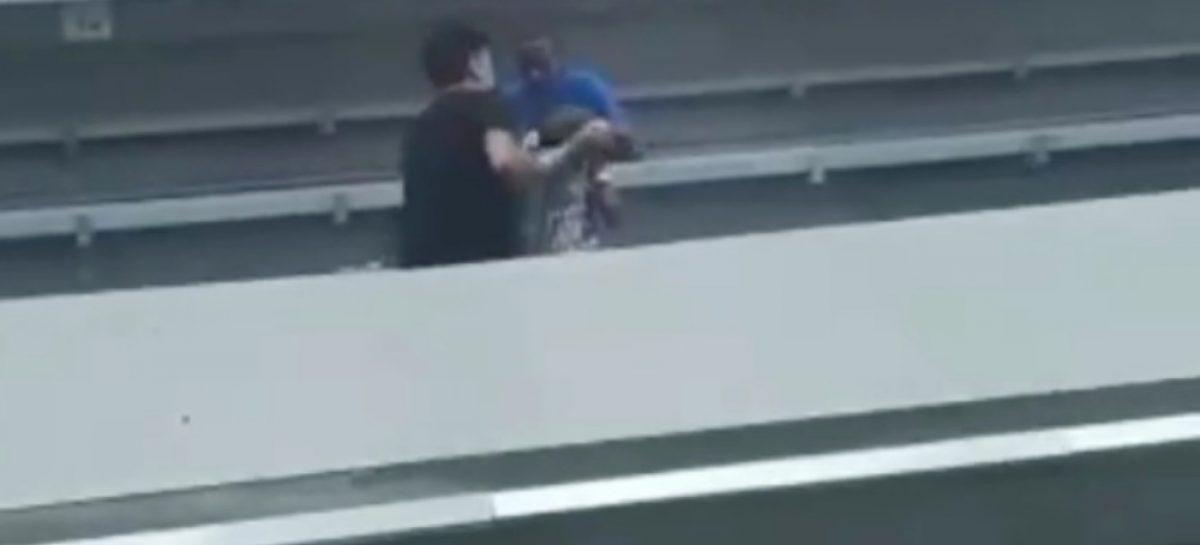 Ciudadanos rescataron a adulto mayor que cayó en rieles del Metro: Un venezolano estuvo en el valiente grupo (+Video)