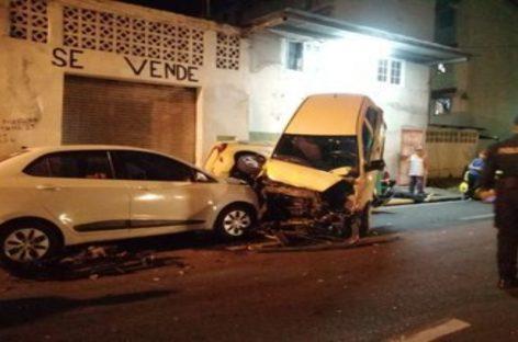 Un muerto tras aparatoso choque entre camión articulado contra 38 carros en El Chorrillo