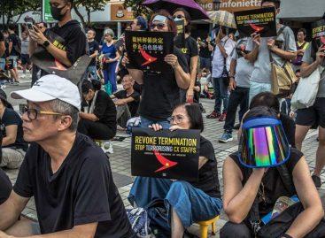 Hongkoneses marchan contra aerolínea por despedir empleada que apoyó protestas