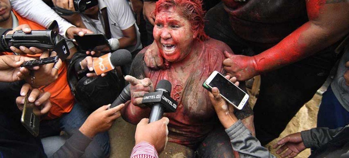 Turba incendió ayuntamiento y vejó a su alcaldesa en Bolivia
