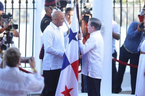 Mariano Rivera recibió de manos de Cortizo nuestra bandera en el Día de los Símbolos Patrios (+Videos)