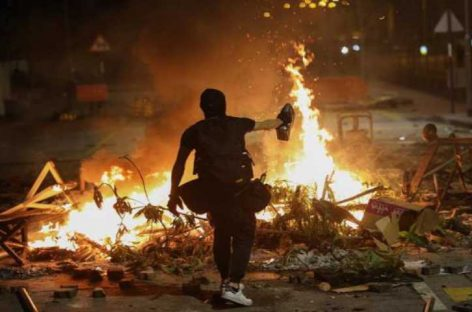 Barricadas, gas y sabotajes vuelven a paralizar Hong Kong