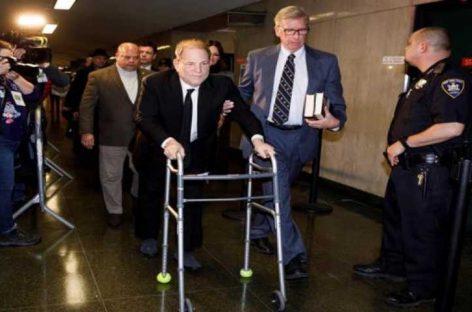 Weinstein llegó a la corte para iniciar juicio ante protesta de feministas
