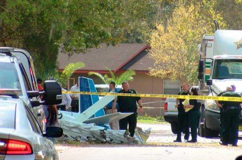 Dos personas mueren al estrellarse avioneta contra una vivienda en EEUU