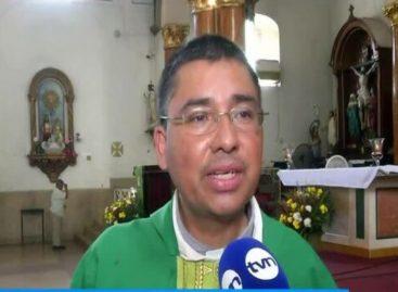 Feligreses panameños evitan darse la mano como saludo de paz por prevención del coronavirus