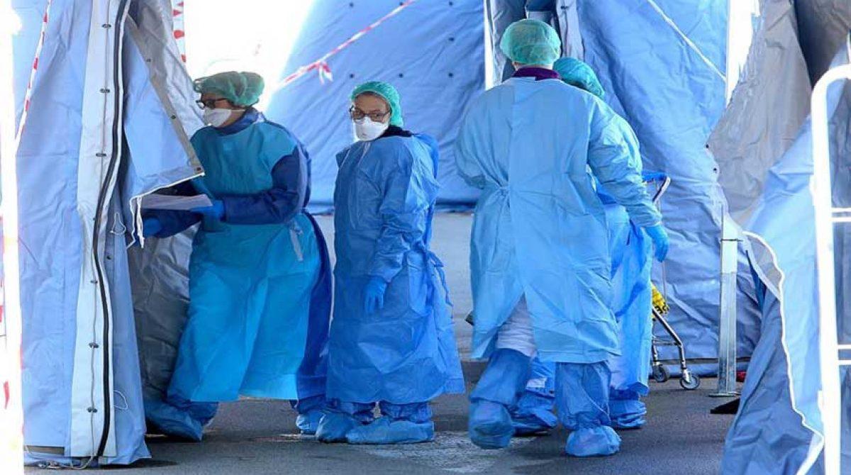 Italia recluta médicos y enfermeros para combatir el virus