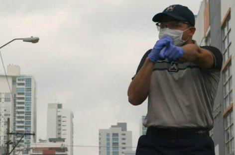 Policías nacionales cantaron y bailaron para animar a ciudadanos en cuarentena (+Video)