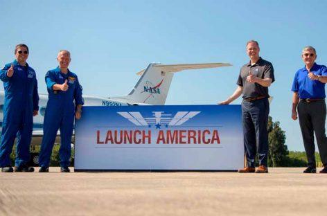 Astronautas llegan a Florida para primer viaje tripulado en nueve años