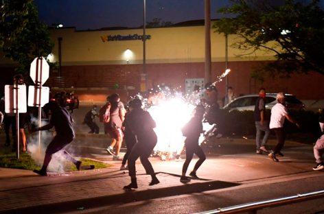 Incendian estación de policía en Mineápolis