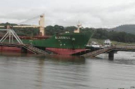 Buque de carga colisionó contra puente ferroviario sobre el Canal de Panamá