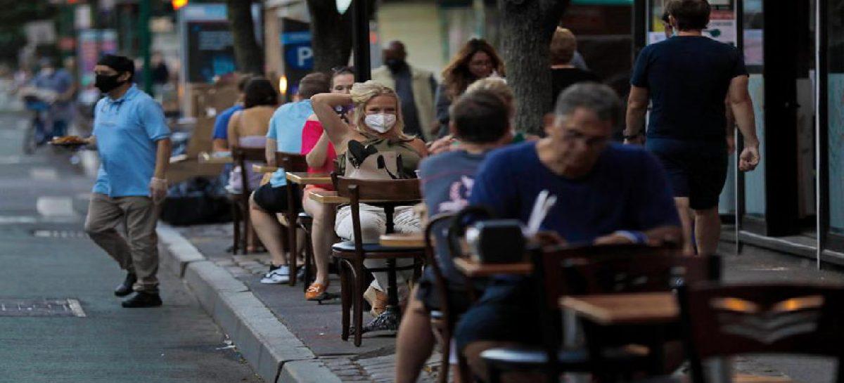 Nueva York prevé postergar reapertura de áreas internas de los restaurantes